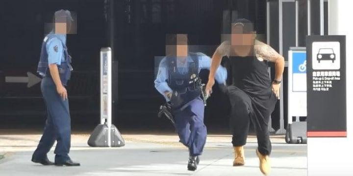 警官の前で「白い粉」を落として逃げるYoutuberドッキリ動画、犯罪なのでは?