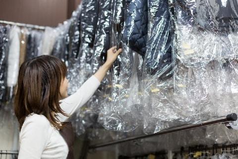 クリーニング店、客が衣類を「数か月以上」取りに来ず苦悩…勝手に捨てたらダメ?