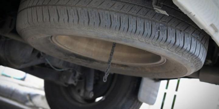 高速道路の落下物「年30万件」以上…タイヤ原因で親子死亡、重大事故あとたたず