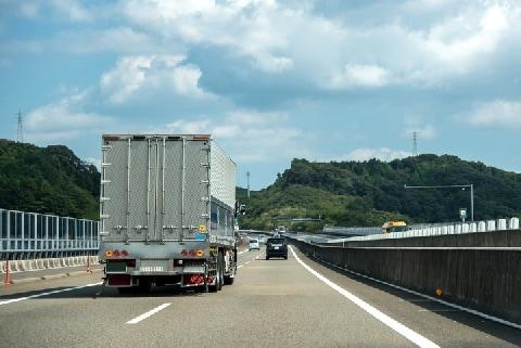 トレーラー横転の原因「落ちていたタイヤ」、法的責任はどうなる?<中国道死亡事故>