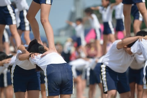 「組体操」学校が刑事責任を問われる日もくる? 年5000件以上事故、死亡で訴訟も