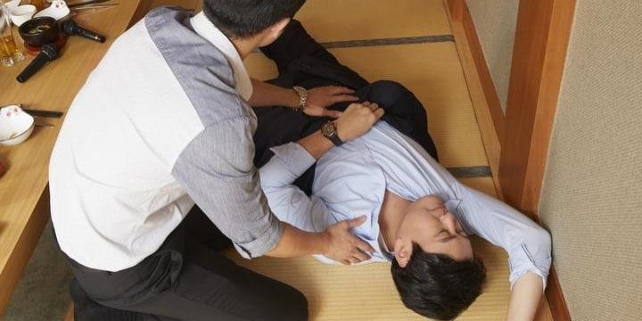 羽目外し「酔いつぶれた同僚」のトリセツ…放置厳禁だが、異性の場合は要注意