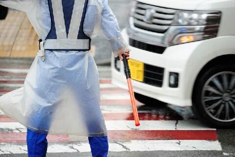 アウトレット沿いの公道、誘導員の指示に「強引だ」と運転手憤り…従わないとダメ?