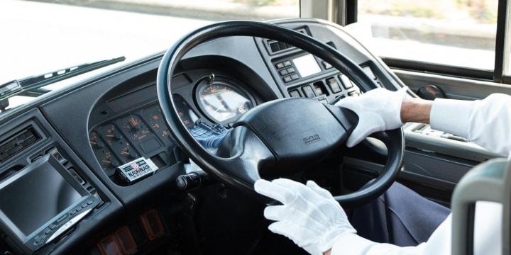 「何かが削られているから安い」旅行会社主導のバス下請け構造…運転手の労働環境、安全性に懸念の声