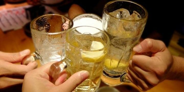 居酒屋でドリンク注文後「ひとり必ず2品注文」店員が要求してきた! 拒否できる?