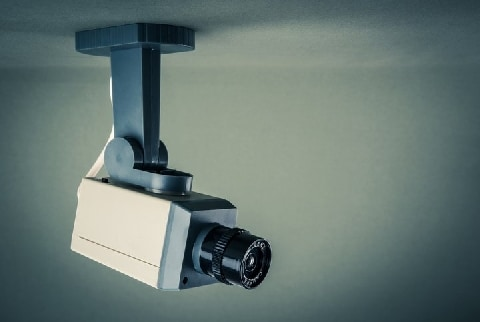 民泊オーナー「隠しカメラ」でカップル盗撮、なぜ「住居侵入罪」が成立しなかった?