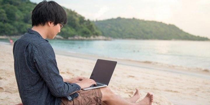 休暇中にも仕事「ワーケーション」に賛否両論、有休取得率アップの効果も 課題は?