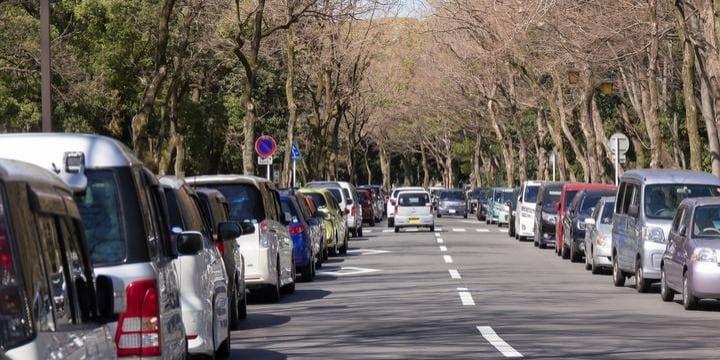歩行中、駐車違反の車に接触してケガ…警察に「運転手の過失はない」と言われ不満