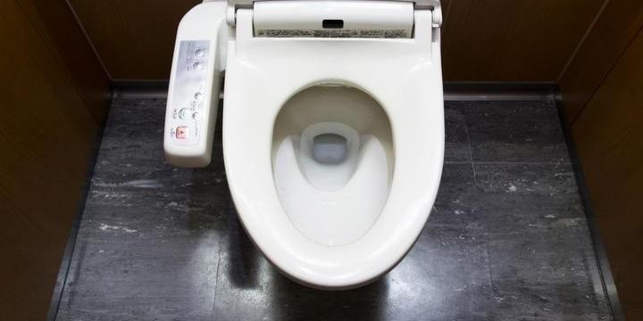 「お尻を触っている気分に」声優ファンがトイレで「迷惑行為」…罪に問われる?