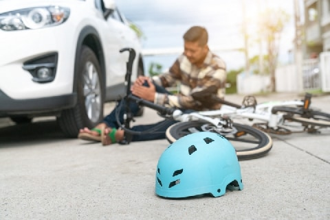 交通事故、とっさに「大丈夫」と言ったら加害者は走り去った…治療費は請求できる?