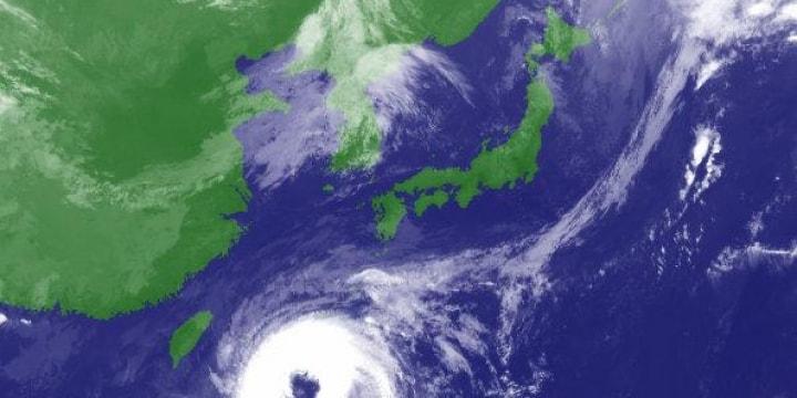 台風チャーミー本州縦断のおそれ 瓦を吹き飛ばし、車が大破した場合の法的責任は?