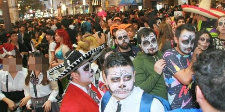 狂乱の「渋谷ハロウィン」 イッキのみ、避妊具持参の若者も…DJポリスの声むなしく