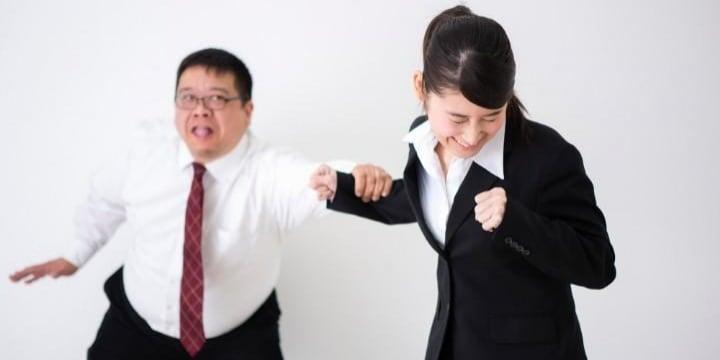 「襲いたい!」同僚女性にセクハラ発言、体触ってしまい後悔 どうすればいい?