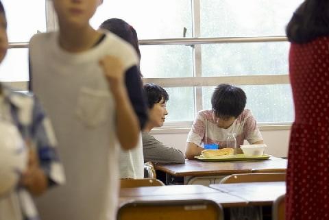 学校給食の「完食指導」は体罰か?  会食恐怖症につながるケースも