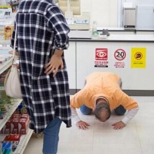 店員に「土下座強要」で逮捕続く…「お客様は神様」から意識変化?