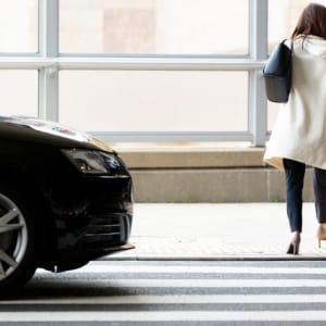 信号ない横断歩道、「止まらない車」を無視して渡り、運転手大慌て…事故が起きたら?