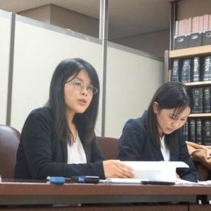 警察「悪の組織の弁護士だから裏切られるぞ」自白強要の結果は冤罪…国際結婚夫婦に無罪判決