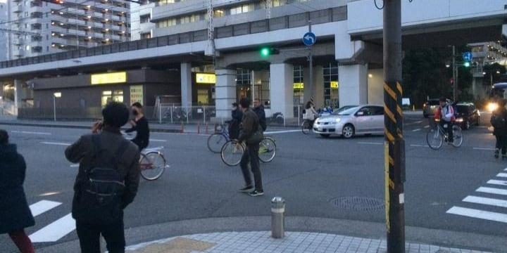 自転車ルール破りの現実「スマホ片手に交差点を斜め横断」「3人で話しながら並走」