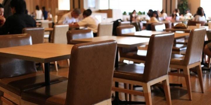 フードコートに持ち込んで食事する人々、マナー違反だけじゃなく「違法」にもなる?